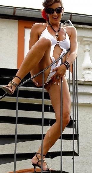 Femme nue pause pipi 002