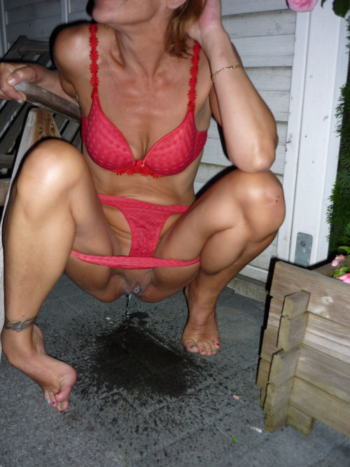 Photos amateur de femmes qui font pipi dehors 025