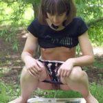 Photos amateur de femmes qui font pipi dehors 052