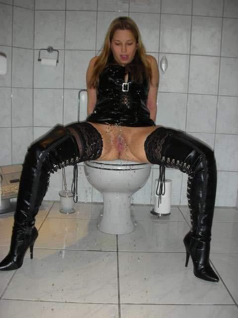 femmes toutes nues dans les toilettes x 121